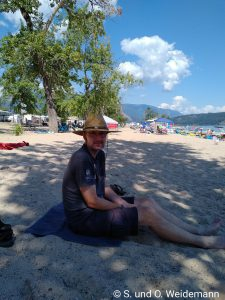 Olaf am Strand im Schatten. Wo auch sonst!