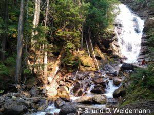 Wasserfall an der Anlegestelle für den Wechsel des Boots