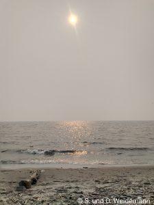 Die Sonne quält sich durch den Rauch