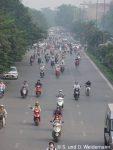 Eine Straße voller Mopeds