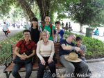 Die neugierigen vietnamesischen Studenten