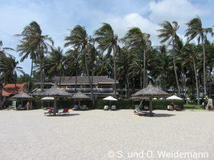 Das Hotel von Strand aus gesehen