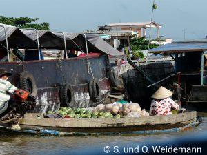 Eine Händlerin auf dem schwimmenden Markt.